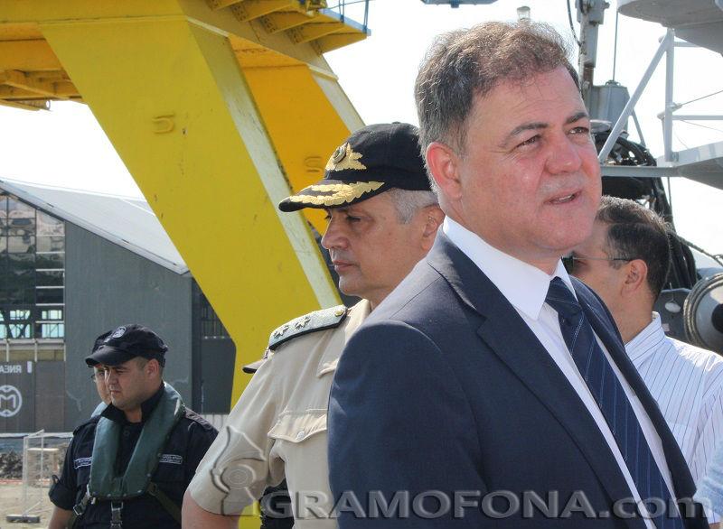 Бивш военен министър: Забранете воинските организации и вземете личното оръжие, докато трае извънредното положение