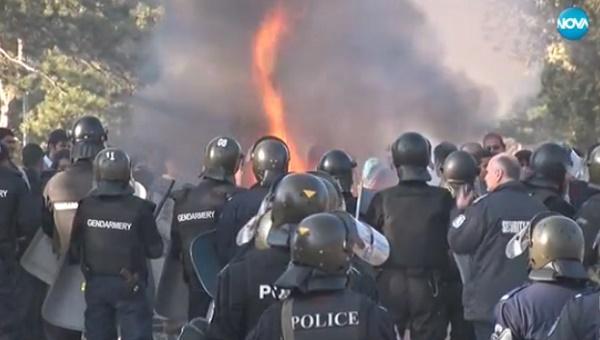 Нов бунт в Харманли, има ранени полицаи