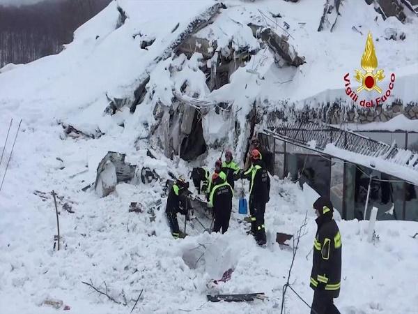 Откриха оцелели в затрупания от лавина италиански хотел