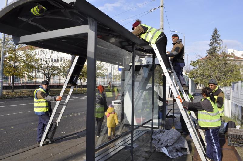 """Борят мръсния въздух в Бургас със """"зелени шапки"""" на автобусните спирки"""