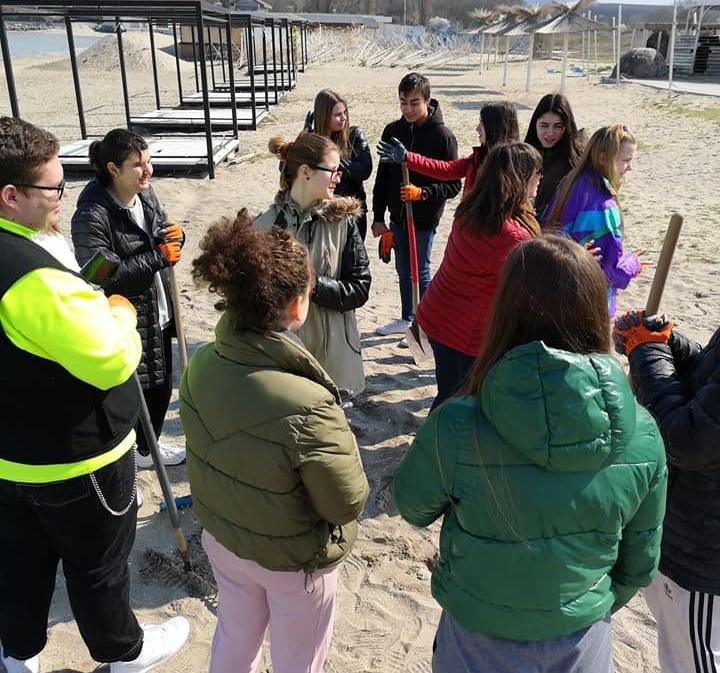 Ученици от Френската ще карат водни колела на плажа в Крайморие, днес събраха 40 чувала с боклуци от пясъка