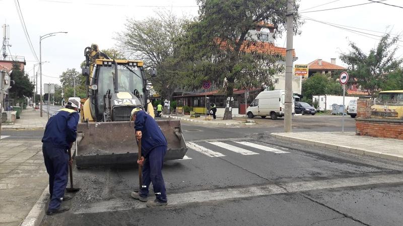 Повдигнати пешеходни пътеки правят в Ахелой