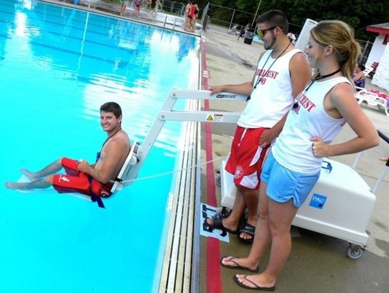 Хора с увреждания се включват в турнир по плуване, щанги и бадминтон в Бургас