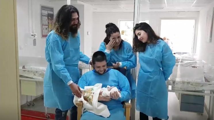 Посрещнаха с песен новородено бебче в бургаска болница
