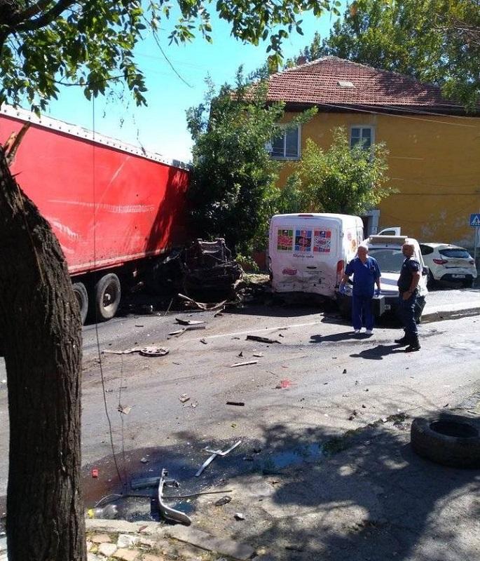 Спирачките на камиона в Айтос отказали, помел всичко по пътя си