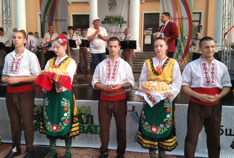 Карнобат посрещна с хляб и сол приятели от балканските народи /СНИМКИ/