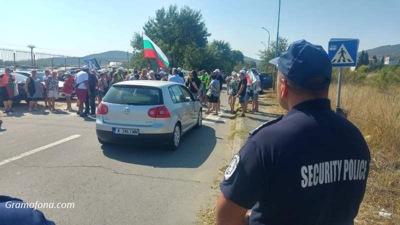 Протест в Атия затвори пътя към селището