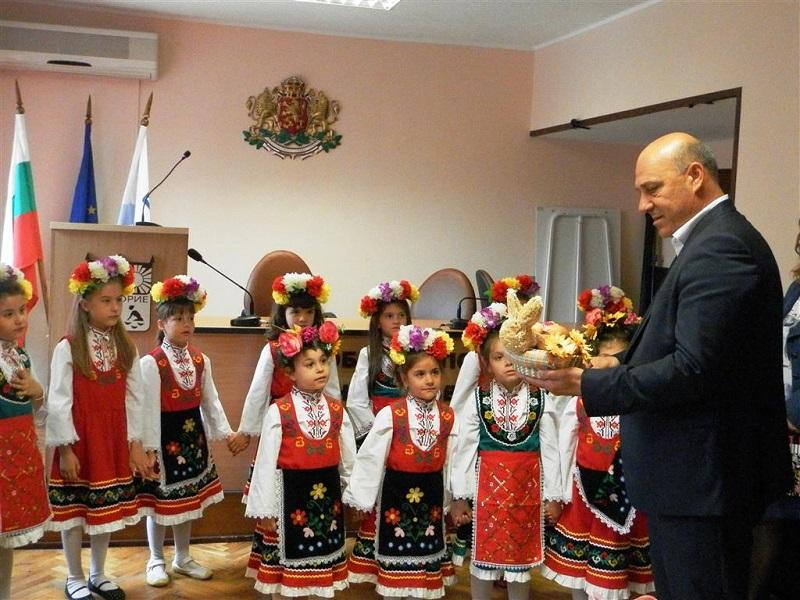 Малки лазарки посетиха община Поморие