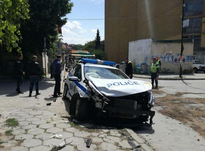 Кола блъсна патрулка в Сандански, двама полицаи са ранени