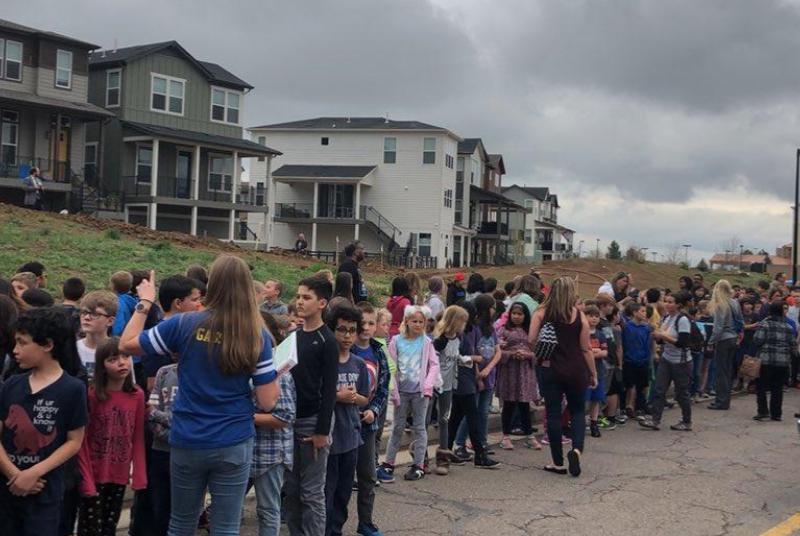 Ученици откриха огън в училище в Колорадо, убиха един и раниха седем души