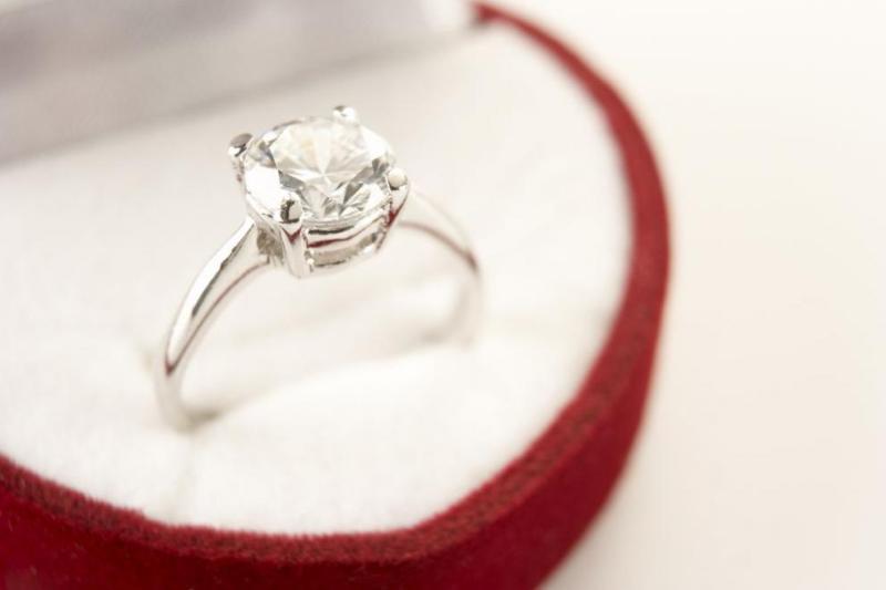 Жена глътна насън годежния си пръстен заради кошмар
