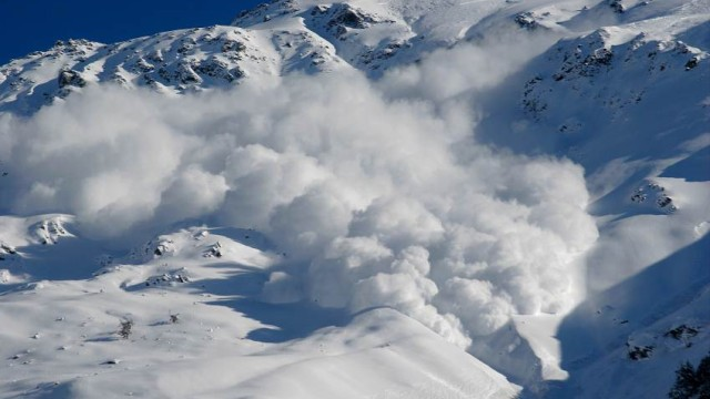 Лавина затрупа скиори в Алпите