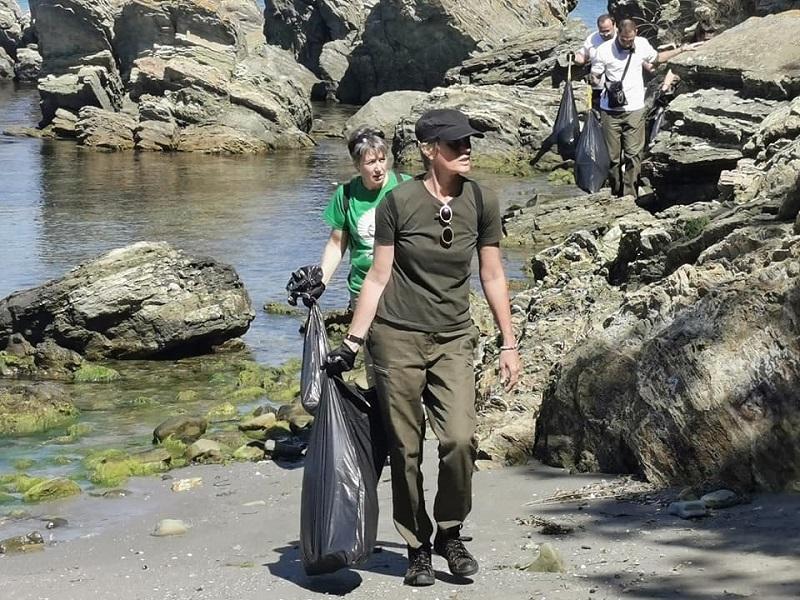 Стари мебели, автомобилни гуми и много пластмаса събраха  доброволци от бреговете на Вая, Атанасовското езеро и Ропотамо