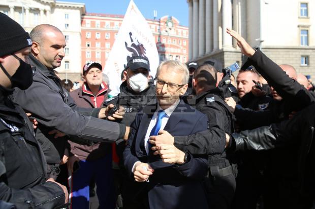 Протестиращи нападнаха образователния министър