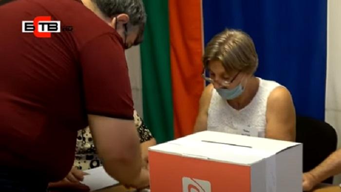 Бургаски социалисти се редили на опашка от сутринта, за да гласуват за нов лидер на БСП