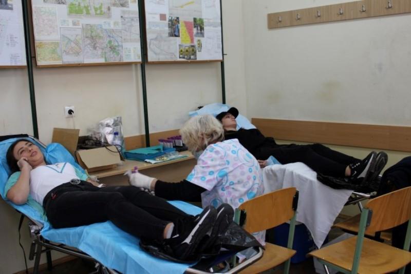 Ученици от Строителния техникум масово дариха кръв