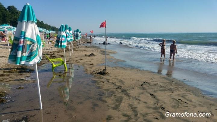 Бурно море и големи вълни на бургаския плаж, отмениха и плувния маратон до острова