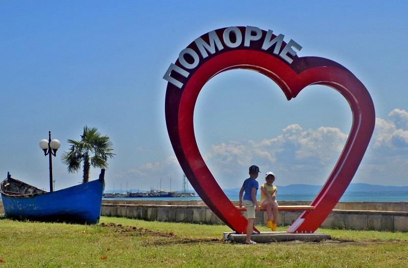 Пейка-сърце на крайбрежната алея в Поморие