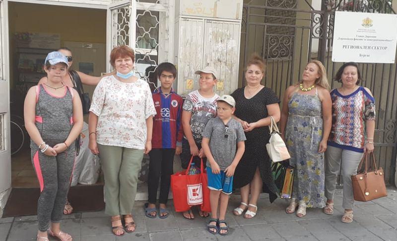 Бургаски деца помагат на хора в нужда с хиляди пластмасови капачки