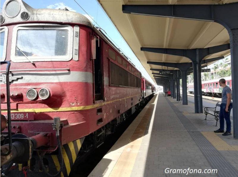 Влак с уникален локомотив пристига в Бургас