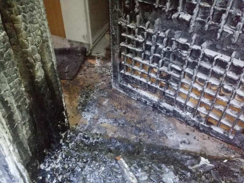 Съседите на фоторепортера, чиято врата запалиха, се изнесоха от входа