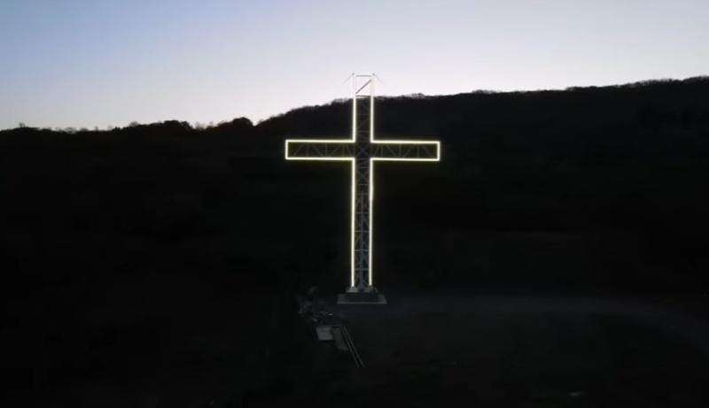 Огромен светещ кръст се издигна над Айтос за Великден