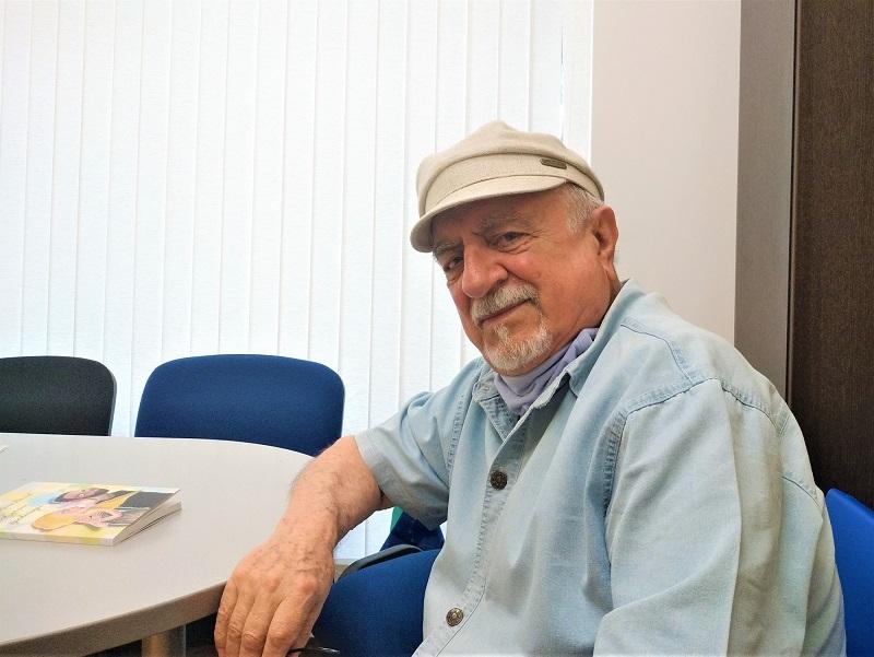 Ваньо Вълчев се усмихва дяволито, когато говори за новата си книга