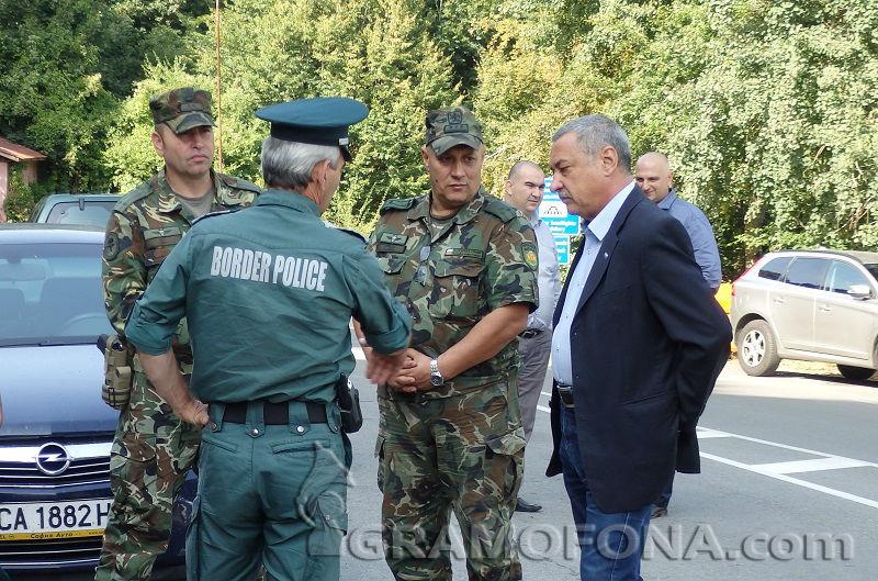 Валери Симеонов качва депутати на хеликоптер, ще гледат оградата по границата