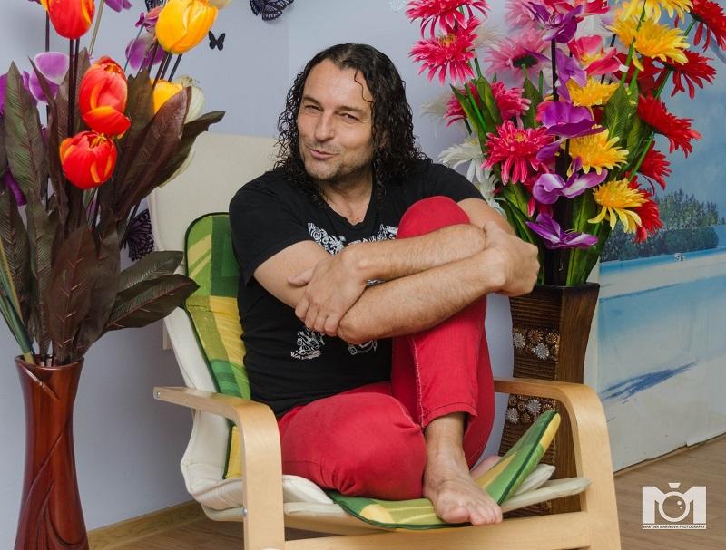 Деян Неделчев - Икебаната позира пред млада фотографка