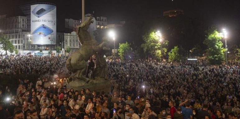 Сърбите на бунт срещу полицейския час заради короновируса