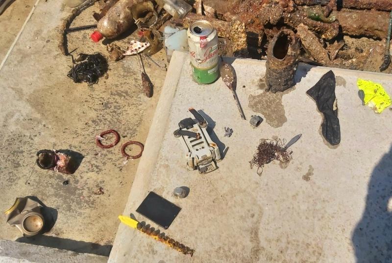 Дрон, телефони, нож, очила извадиха от морето в Бургас