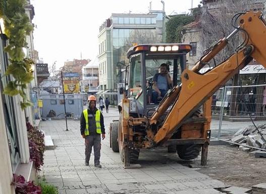 """Ремонтът на Богориди: Разсеян багерист потроши стъклата на кафе """"Фокет"""""""