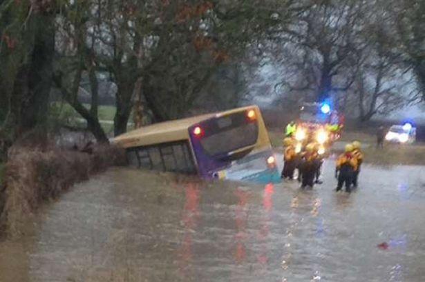 Наводненията във Великобритания: Река помете училищен автобус