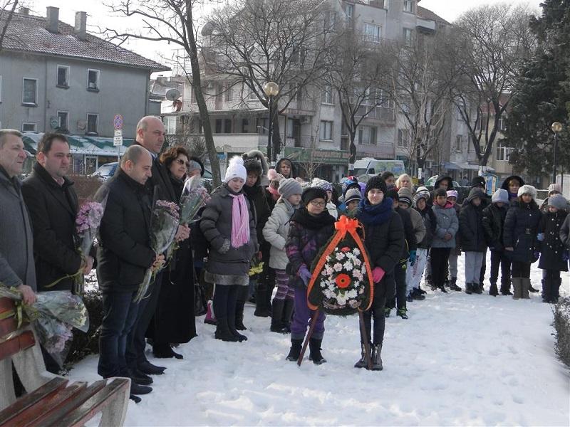 Учители и ученици от Поморие отбелязаха годишнината от рождението на Ботев