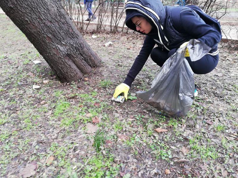 Ентусиасти чистят Борисовата градинка, а някой им открадна чувалите