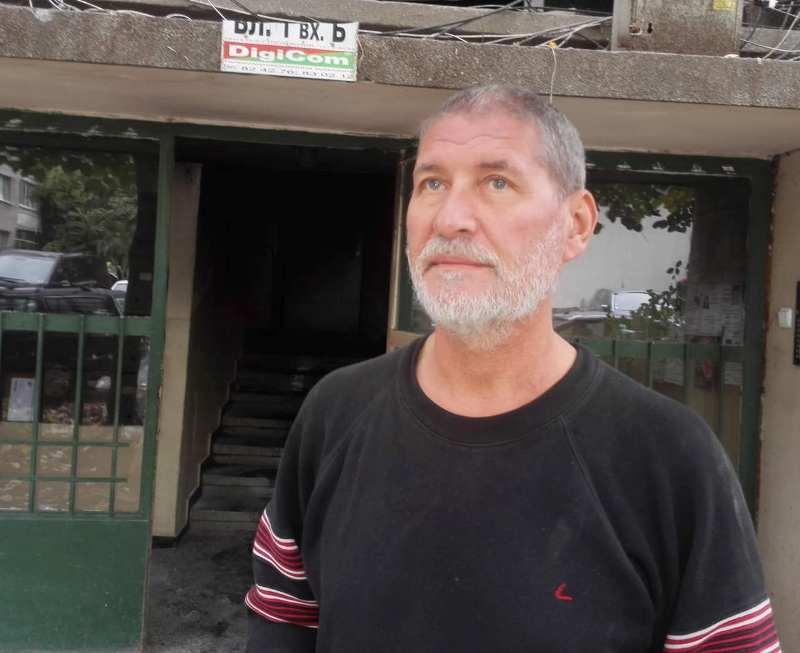 Млада двойка гасила с легени с вода горящата врата на Борислав Пенков