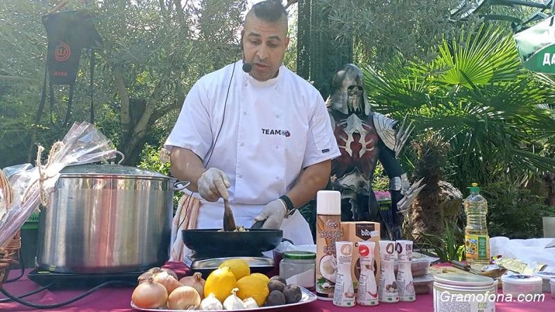 Топ готвач показва тънкостите на ориенталската кухня в замъка в Равадиново