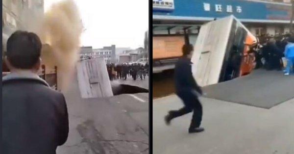 Дупка погълна автобус в Китай, има жертви