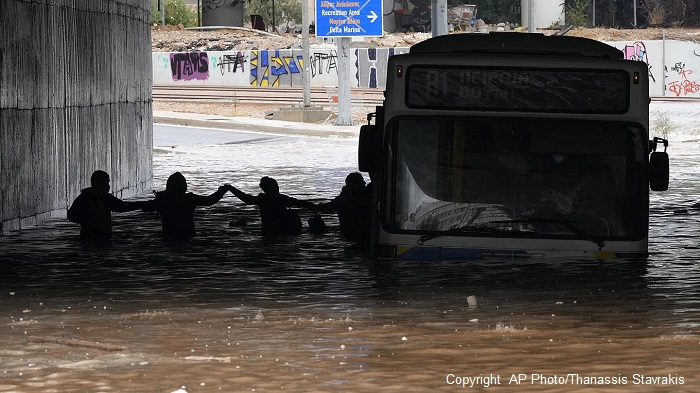 Атина затваря заради наводнения