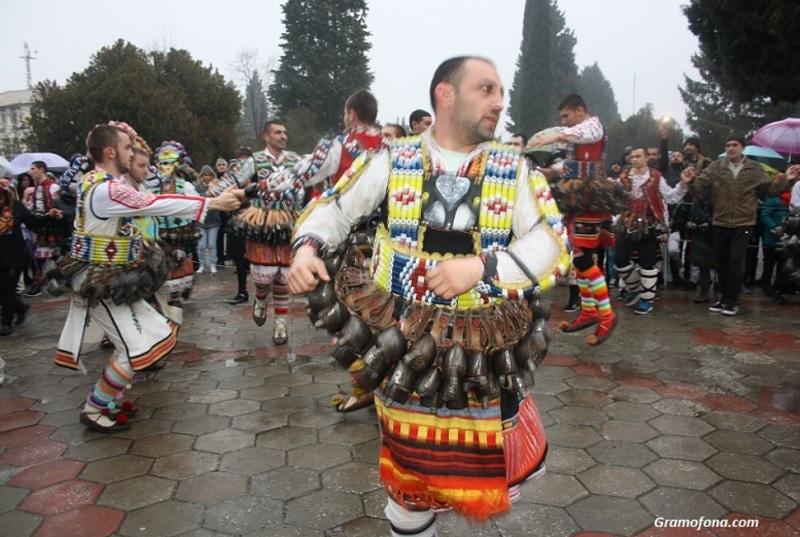 Фестивал на маскарадните игри в Бургас. Защо не?