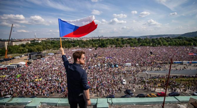 Хиляди на протест в Прага