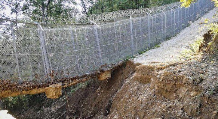 Граничари пазят четири дупки на оградата при Турция