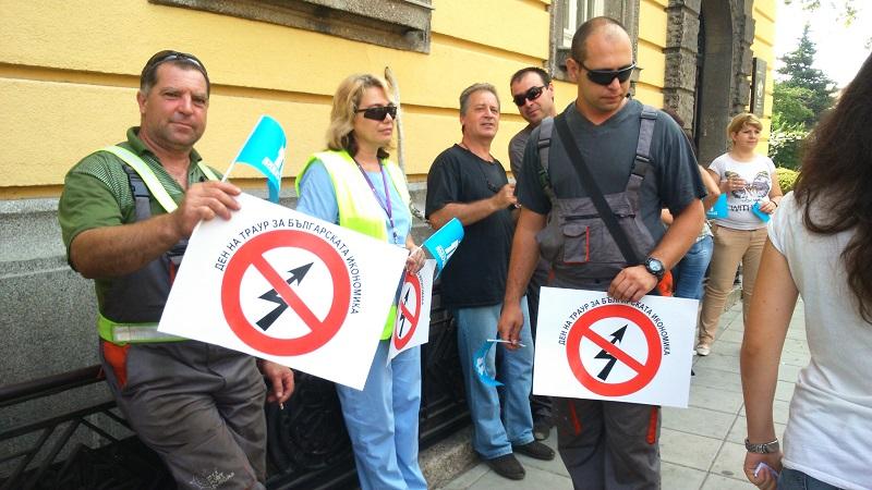 150 работници протестират в Бургас