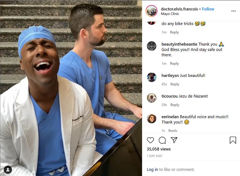 Доктор пее в подкрепа на медиците, борещи се с коронавируса
