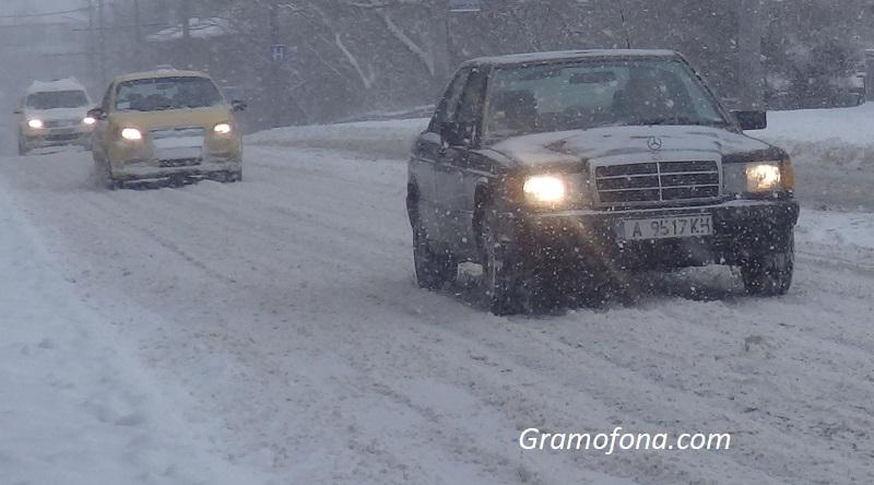АПИ към шофьорите: Не тръгвайте с летни гуми, иде сняг