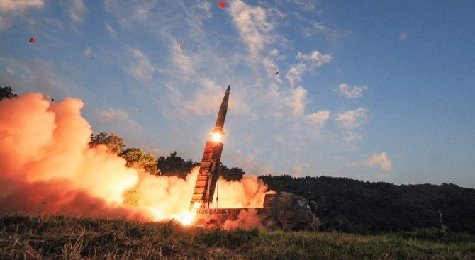 Северна Корея е изстреляла два снаряда в Японско море