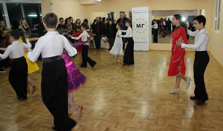 Танцово шоу за всички възрасти организираха младежи в Бургас