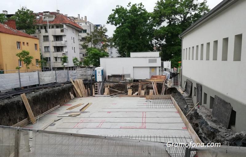 Ударно строителство под прозорците на бургаско училище. Общината: Ще има наказани
