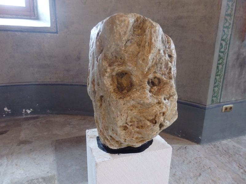 Каменни глави на мъже и животни шашнаха бургазлии