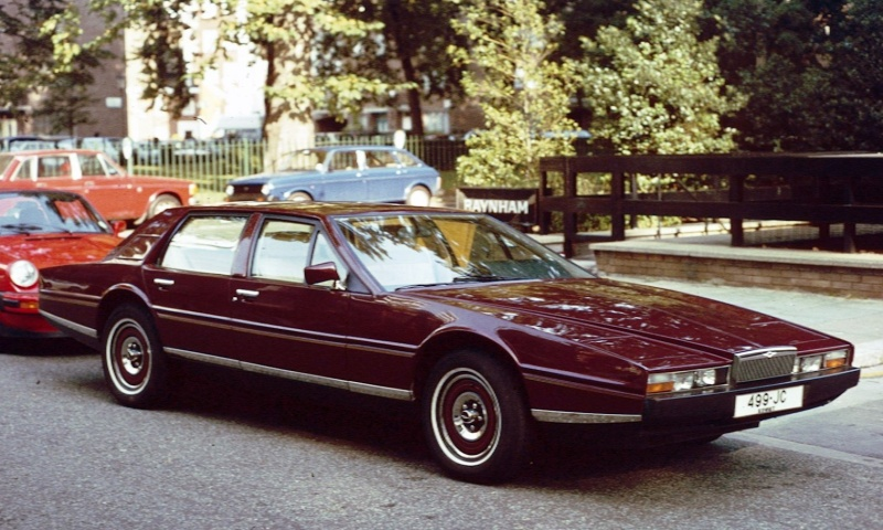 Рядък Aston Martin от 70-те и военна техника – на ретро парада в Бургас